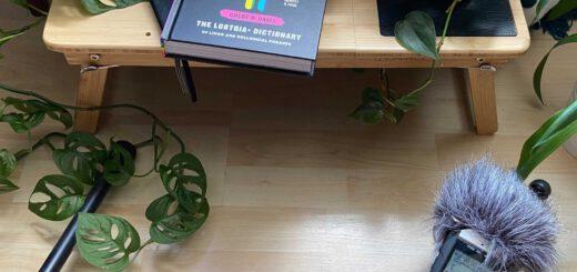 Mikrofon, Buch und Grünpflanzen