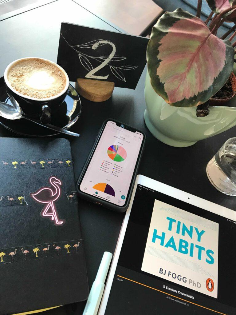 Tisch mit E-reader, kaffee und Pflanze